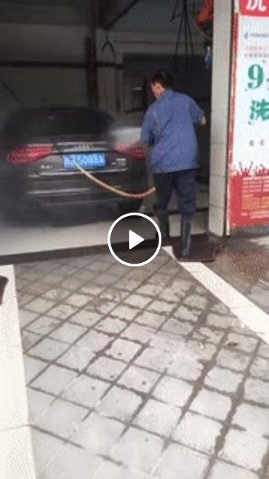 Lavando o carro e fazendo ginastica.