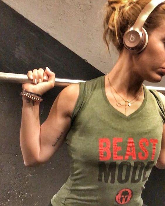 """🔥🍑 Primer entreno del año♥️ me he puesto en Beast Mode 🐺 para machacar el suchard... . Sabes que estas haciendo las cosas bien cuando las señoras de yoga se te acercan para pedirte consejos de ejercicios de """"culo""""🙄... ¿quién quiere flor de loto ahora eh?!😈 . . 🌟Dieta + entreno ➡️ @peterm.es . . Buenas noches #fitfam ! 🤗❤ . . . . . . . . . . . . . . #beastmode#nevergiveup#noexcuses#motivation#gains#fitness#fitnessgirl#fitstagram#fitwomen #fitnotskinny#fitnessgoals#fitlife#fitnessaddict…"""
