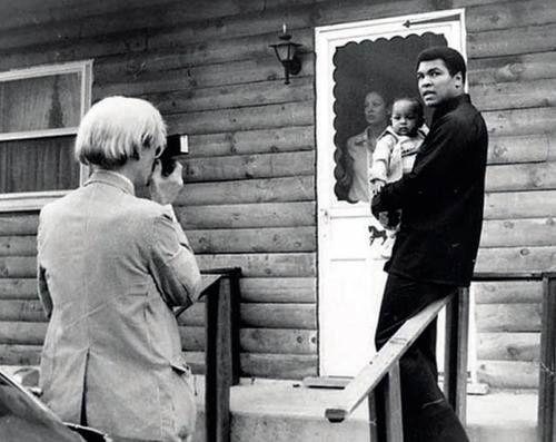 Andy Warhol fotografa Muhammad Ali e sua figlia, 1977: