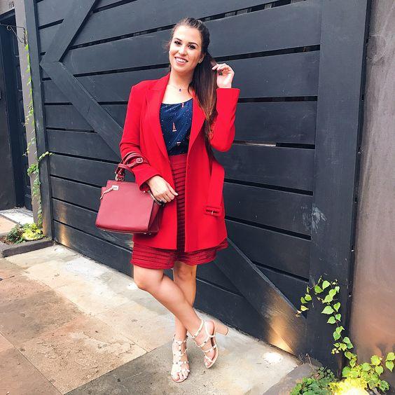 Look do dia Casaco vermelho Saia vermelha Look vermelho Bolsa vermelha Sandália nude