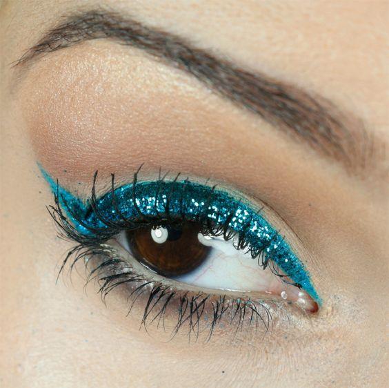 passo-a-passo-maquiagem-carnaval-delineador-com-glitter