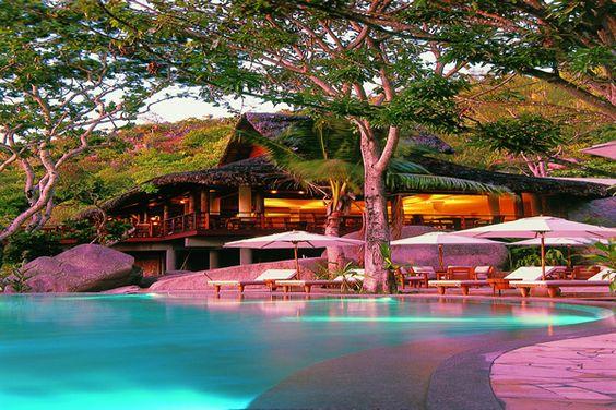 Piscina del Hotel Constance Lemuria Resort, ubicado en la isla de Praslin, Seychelles, Praga (República Checa).