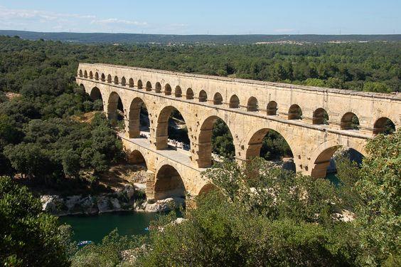 Der Pont du Gard ist ein römischer Aquädukt im Süden Frankreichs auf dem Gebiet der Gemeinde Vers-Pont-du-Gard im Département Gard. Die Brücke ist von beeindruckender Höhe und beinhaltet einen der am besten erhaltenen Wasserkanäle aus der Römerzeit in Frankreich. Der Pont du Gard zählt zu den wichtigsten erhalten gebliebenen Brückenbauwerken der antiken römischen Welt und ist eine der bedeutendsten Sehenswürdigkeiten Südfrankreichs. (Wikipedia)