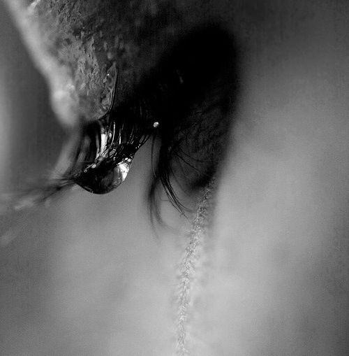 Gocce cadono da due grandi occhi spenti  Prima pieni di emozioni,  di sentimenti  Adesso avvolti in un mare di speranze  Però, ormai, tutte infrante.  Sogni irrealizzabili, amore non corrisposto  E tutto questo.. in due semplici occhi spenti nascondo.
