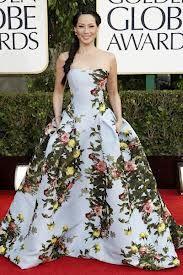 """Outro vestido estampado do Golden Globe de Lucy Liu de """"Elementary"""". Esse vestido caiu super bem nela que tem traços japoneses com flores exóticas do Japão na estampa."""