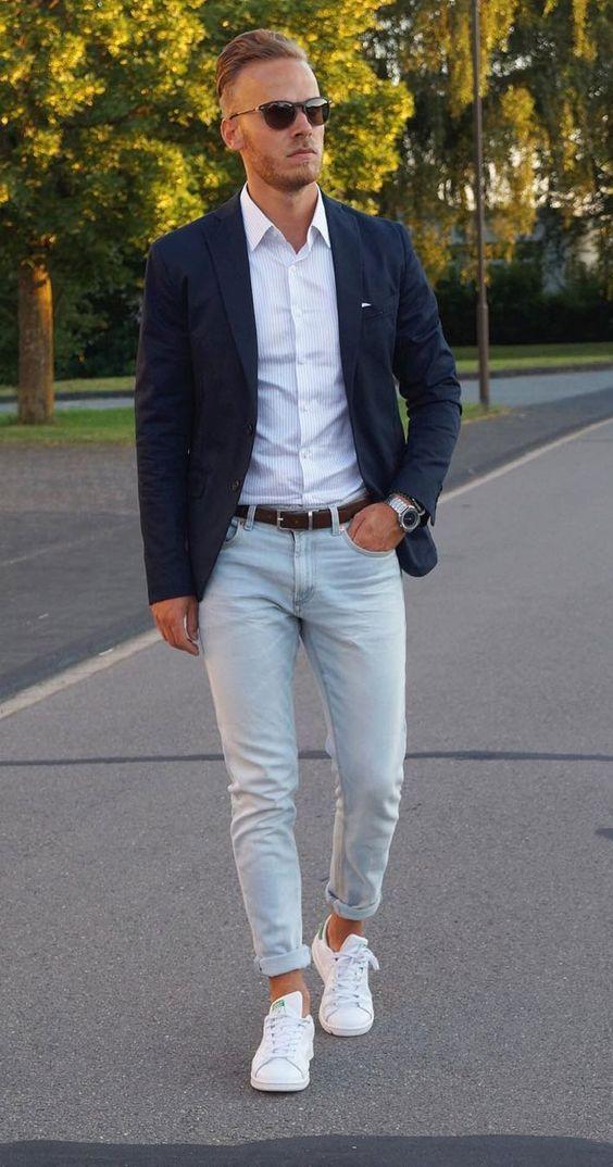 Blazer e Jeans. Macho Moda - Blog de Moda Masculina: BLAZER com CALÇA JEANS, Como Usar? Fotos e Inspirações pro dia a dia. Blazer com Calça Jeans Masculino, Moda para Homens, Esporte Fino Masculino. Blazer Azul marinho, Camisa Branca, Calça jeans clara, Adidas Superstar Branco
