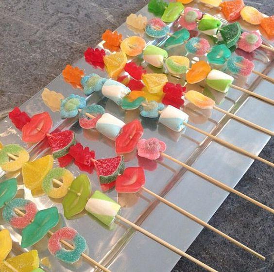 12 brochetas de dulces personalizados. Cada brocheta contiene 6 pedazos de dulces de tu elección.  Todos los pinchos vienen individualmente envueltos con cinta y etiqueta personalizada. Puede diseñarse para cualquier tema.  mensaje por favor antes de comprar para discutir el tema y color.
