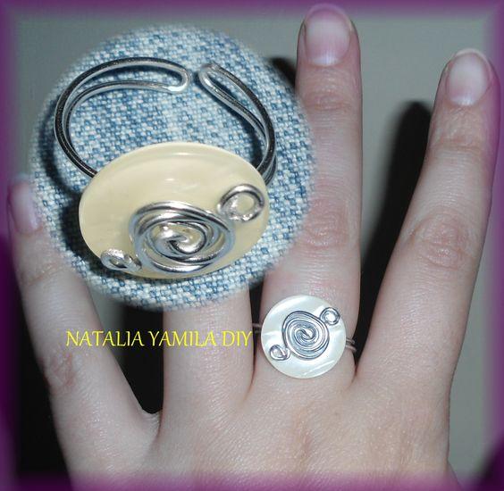 Anillo artesanal de alambre de aluminio  adaptable con terminación sobre un botón. Handmade wire ring . DIY . button .