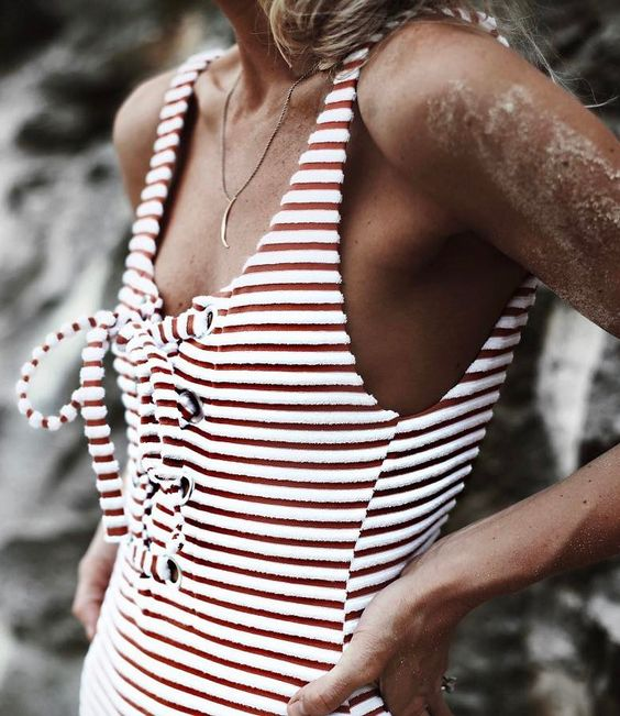 Rayures + laçage = le bon mix (maillot de bain Mara Hoffman - photo Happily Grey)