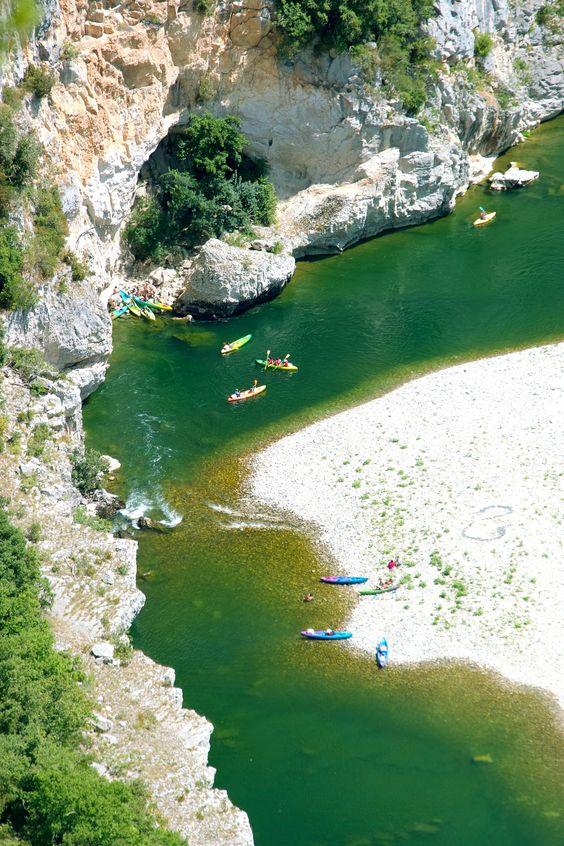 Awesome kayaking day trip from Las Vegas. Kayak Black Canyon near the Hoover Dam. / Travel Mindset