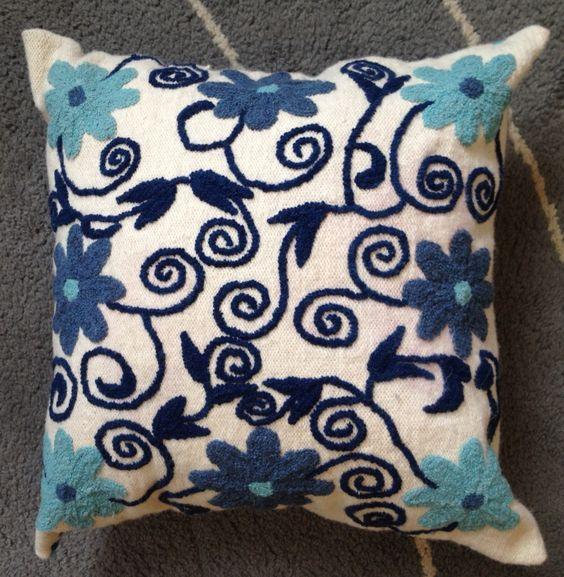 Cojin bordado por manos ayacuachanas a la venta en la for Como hacer alfombras en bordado chino