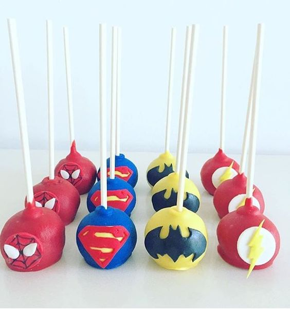 Pop Cakes decorados para festa: Super-Heróis. . RG: @sweetcreationsbyzena #DentroDaFesta. . .  #party #ideias #festa #cake #design #sweet  #decoracao #decoracaoinfantil #kidsparties #superherois #superhero #spiderman #hulk #ironman #superheroparty #festasuperheroi #instagram #instacelebrate #instacake #instaparty #fiestainfantil #marvel #pop #popcakes #popcake