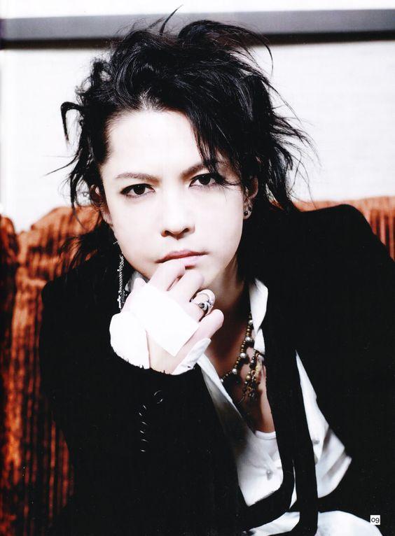 黒髪パーマヘアの黒いジャケットを着ているL'Arc〜en〜Ciel・hydeの画像