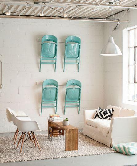 Unas bonitas sillas plegables, pueden decorar a muro y ademas ser útiles como asientos extra.