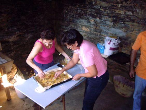 Horneando empanadas en nuestro horno antiguo (en una casita anexa  a la casa ppal.)  en nuestra casa