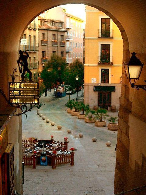 Plaza Mayor, Arco de Cuchilleros, Madrid, Spain                                                                                                                                                      Más