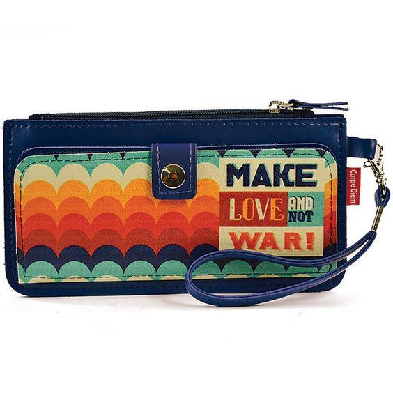 Esta charmosa carteira slim Make Love Carpe Diem é ótima para você levar dinh...