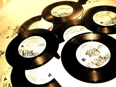 Logo lançados, viraram febre nacional! Mas não vem achando que foi só no lançamento não, porque até hoje, ele ainda possui muitos fãs. Em formato de discos, feitos de uma material chamado VINIL, os LP's, foram o ápice da evolução musical!