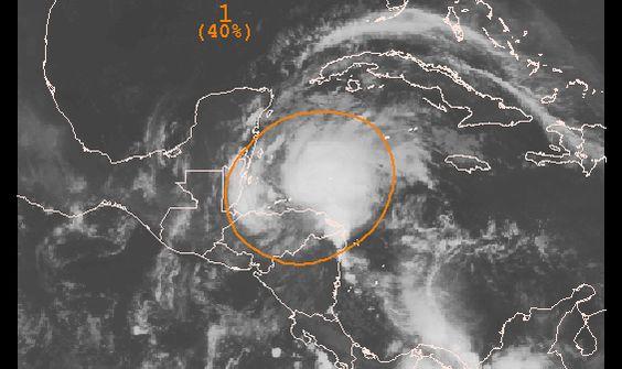 Un área amplia de nubosidad y tormentas localizada sobre Honduras y el noroeste del Mar Caribe está asociada a una onda tropical. Actualmente no hay indicios de circulación en la superficie, se espera que se mueva sobre Belice y la Península de Yucatán mas tarde hoy.