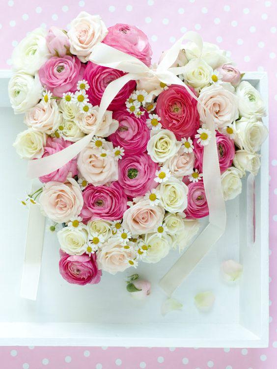 Zum Muttertag ein Herz aus Rosen und Ranunkeln