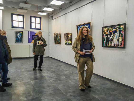 Полина Чижевская проводит экскурсию по выставке работ Израила Матвеевича. Фото Жени Шведы