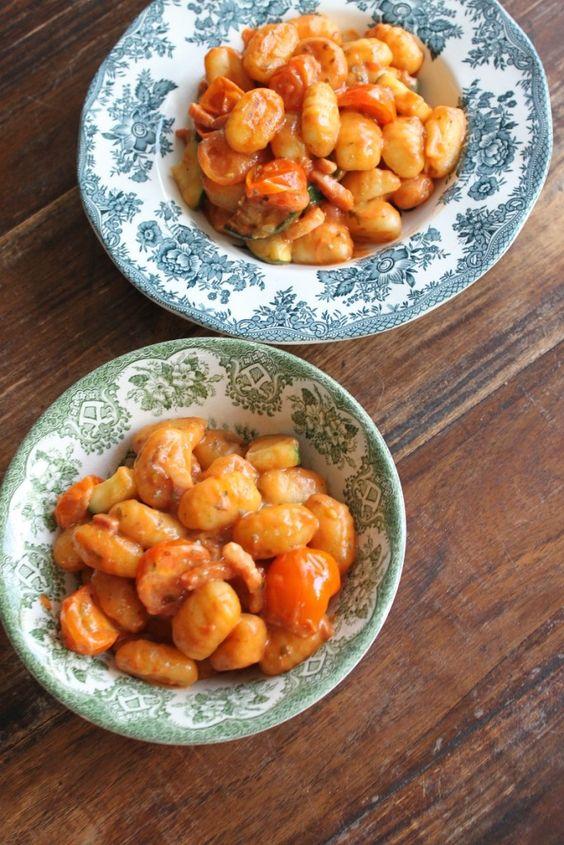 Bestaat er een groep voor #gnocchi verslaafden? Ik heb een nieuw #yummie #recept! Wat ik natuurlijk met je deel een voorproefje op de foto en het recept op het #blog. Wel een snelle en simpele variant natuurlijk. #foodblog #foodinista #recepten #receptblog #gnocchirecept #blauwekaas #tomatensaus