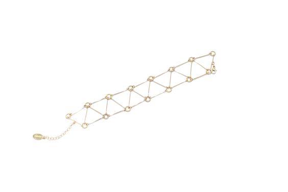 LKSPE79 Bracelet en or Ce bracelet à l'allure impériale et moderne, attire le regard sur la finesse du poignet. Il allie efficacité par sa géométrie, et la répétition que forment ses triangles aux arrêtes articulées donne de la structure. Les tiges d'or sont façonnées une à une et offrent une flexibilité générale et un confort total. Ce bracelet ravira les femmes fatales lors d'une réception importante ou d'une soirée.  370,00 €