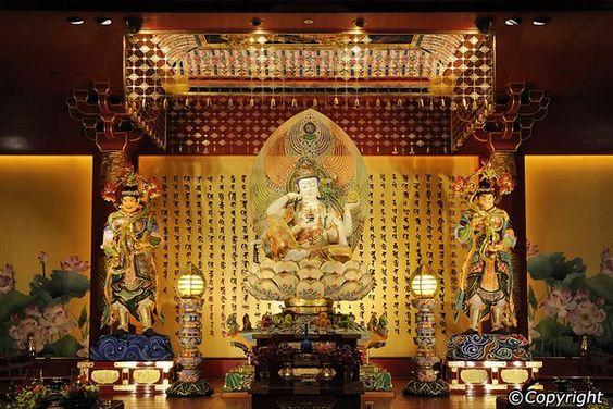 Bên trong chùa Rang Phật có rất nhiều tượng phật và chư vị thần thánh