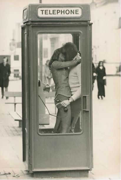 telephone booth, circa 1970 | Goksin Sipahioglu | haste | passion | love | kissing | vintage kiss | www.republicofyou.com.au: