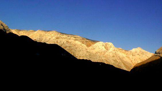 Se vislumbra la luz al otro lado de la montaña.