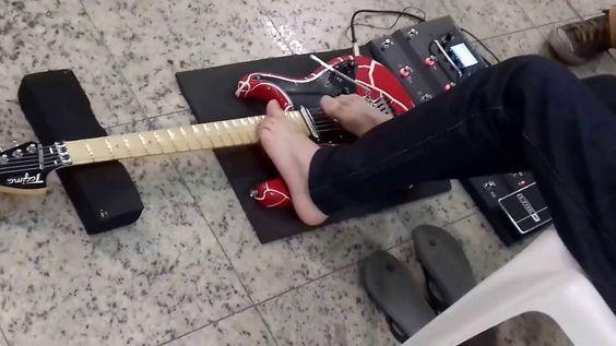 No saguão de embarque da Rodoviaria Novo Rio eu encontrei um ser músico ...