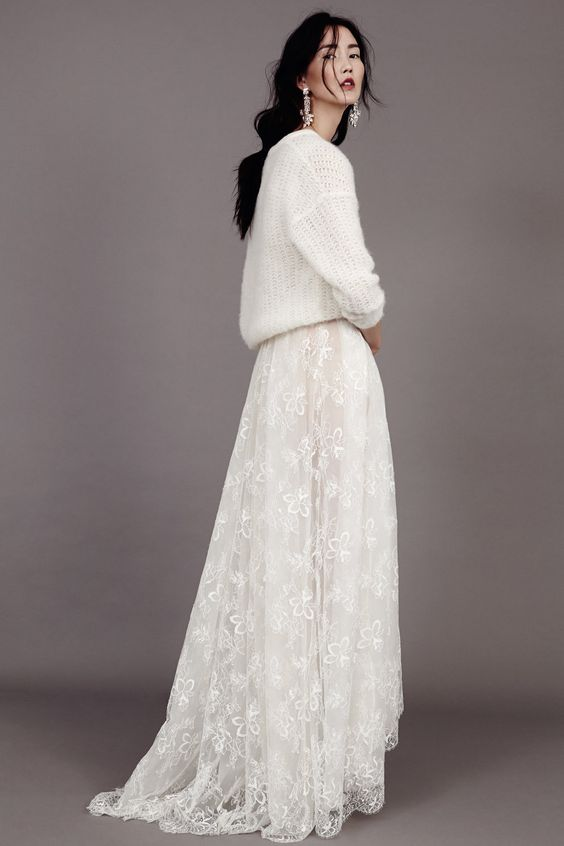 white sweater and lace skirt: we love this look for a winter bride !  Robe de mariée en dentelle et grosse maille: le look parfait pour une mariée d'hiver !