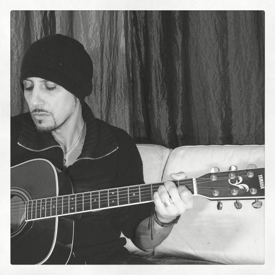 E...Basta una chitarra per trasformare la noia in emozione dando vita ad una nuova canzone... Per te.  D.  #DavideMelis #cantautore #musicaitaliana #lorifarei #ilnero #vasco #canzone #canzoneperte