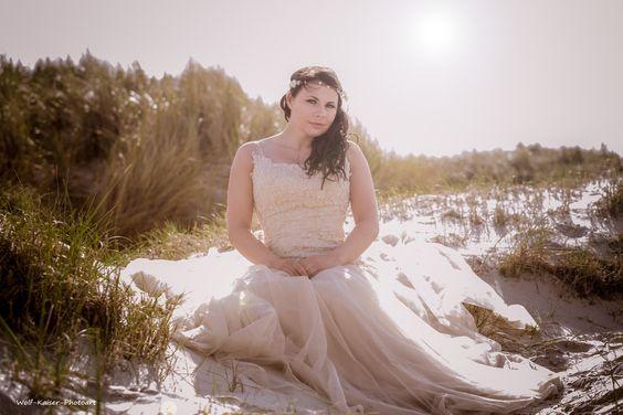 Annika in den Dünen mit einem traumhaften romantischen Kleid und passendem Blumen-Haarschmuck