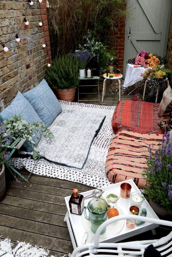 Balcon bohème aménagé avec des poufs et des coussins / Balcony with a bohemian style / Rugs on the balcony