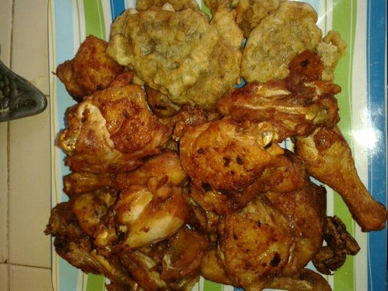 Pollo frito al natural con arepitas de harina de trigo