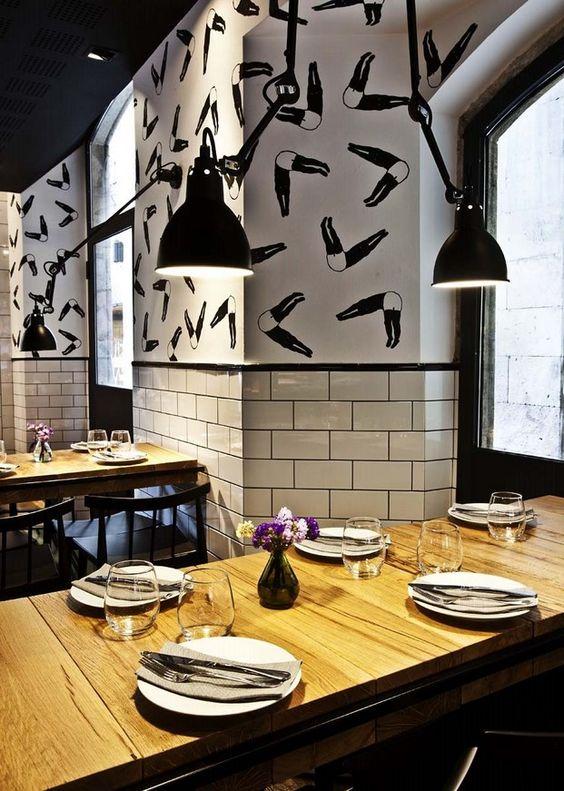 Restaurante Palosanto de Bonbastudio y Derby Hotels Collection. Paredes parcialmente revestidas con azulejos tipo metro que conviven con la obra del artista Bruno Ollé.