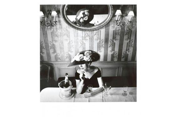 Exposição do Museu Christian Dior mostra fotografias históricas que construíram sucesso da grife. Chapéu Raout da coleção Alta-Costura Verão 1956.