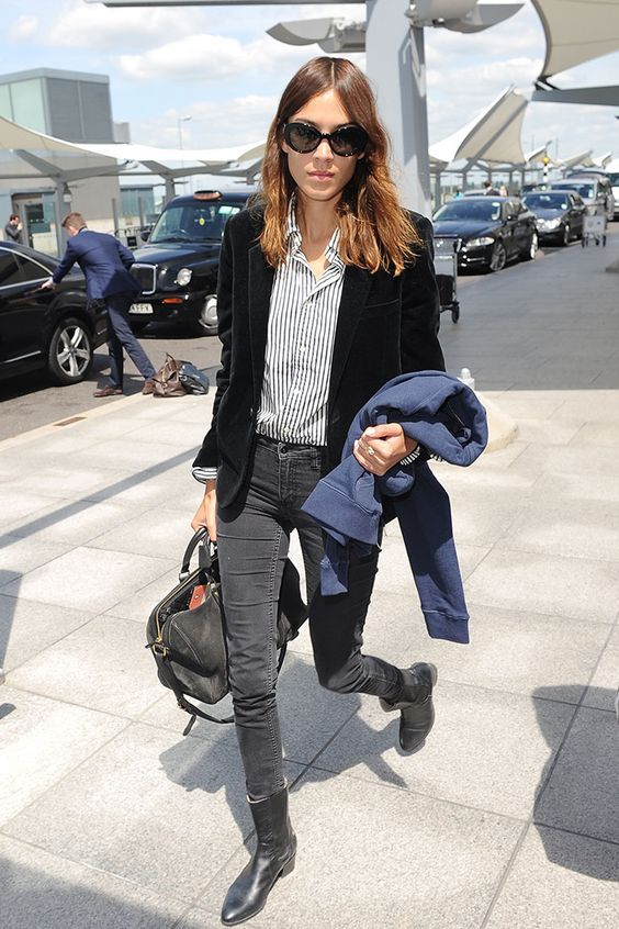 Alexa Chung, blazer preto, camisa listrada, calça jeans preta, ankle boot preta