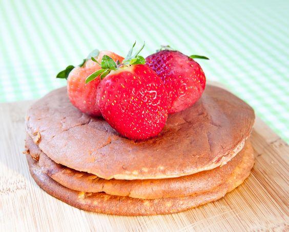 Pancake proteico de banana - 2 claras  - 1 colher de chá de fermento para bolo  - 1 scoop (30g) de whey protein (ou  30g de aveia em flocos)  - 1 banana