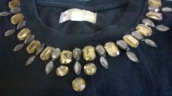 Fátima Vasconcellos: Camisetas bordadas com pedrarias