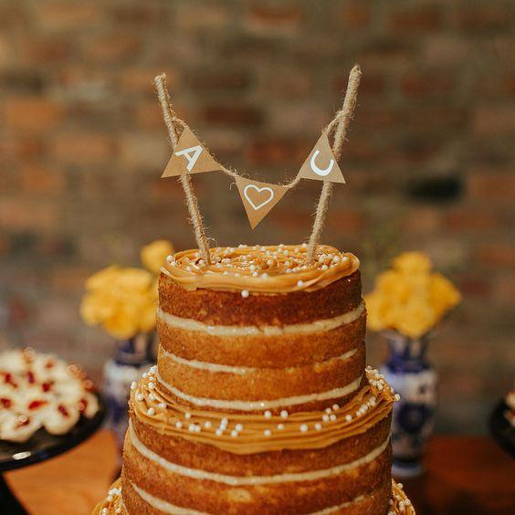 A Cris resolveu não seguir o padrão dos recheios de bolo mais pedidos do Veredas e sugeriu uma combinação nova que deu MUITO certo.  Se liga na dica! 👇🏻  Doce de leite, baba de moça e nozes na massa branca. 🤤  Até os não amantes de baba de moça piraram no sabor.  Naked cake tem uma grande vantagem: Quando batemos o olho, dá vontade de comer na hora. 😋  💾 Para ver mais desse casamento: #criseandrenoveredas   Topo bolo: @_jessicadeleo Bolo: @honeycakesoficial  📷: @thebirdlovestories      #ca