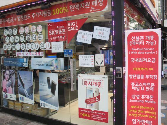 Uitbundige teksten op de winkelruiten. De Koreaanse taal is voor een buitenstaander prachtig om te zien, maar niet te lezen. Hoewel, na een paar dagen begin je toch enkele letters te herkennen en kun je zelfs een beetje begrijpen wat er staat. Gelukkig is o.a. in de treinen, de subway en bij de grote publiekstrekkende monumenten alles ook in het Engels aangegeven.