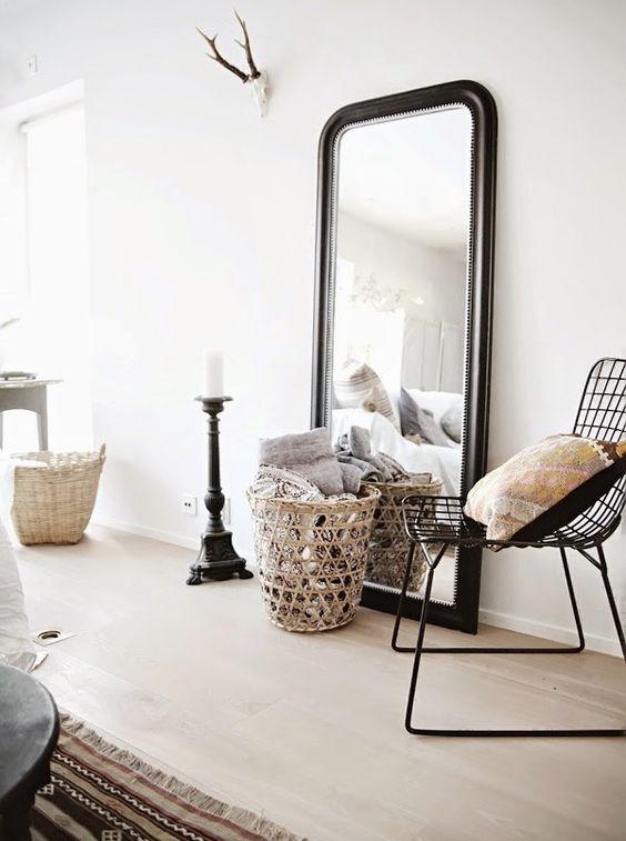 Le grand miroir posé à même le sol : le parfait détail déco !: