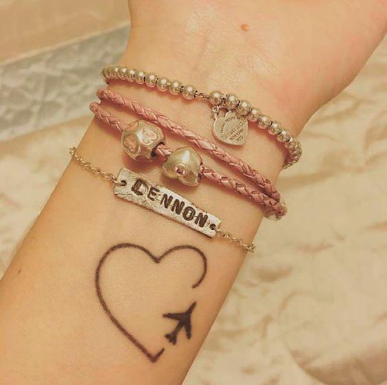 tatuagem de avião com coração