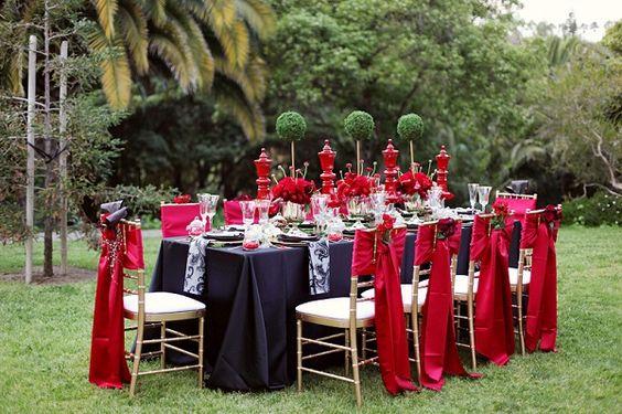 Uma decoração de casaento em tons de vermelho inspirado na Rainha de Copas