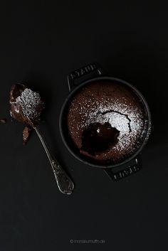 Lavakuchen   Schokokuchen mit flüssigem Kern   lava cake   molten chocolate cake   © monsieurmuffin Heute verrate ich euch ein Rezept für Lavakuchen. Der leckerste Schokokuchen in blitzschnelle zubereitet und gebacken. In 30 Min. steht er auf eurem Teller.