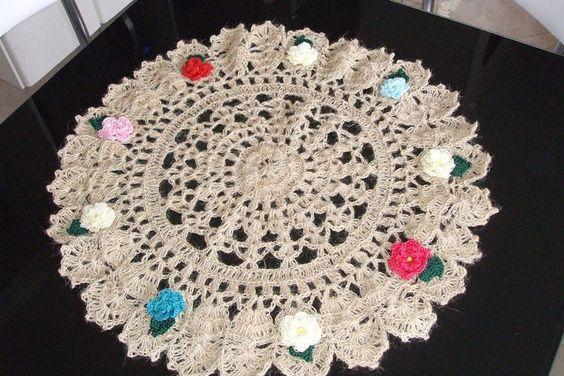 centro de mesa em fio de juta c/ flores em fio de algodão https://www.facebook.com/artesdairis