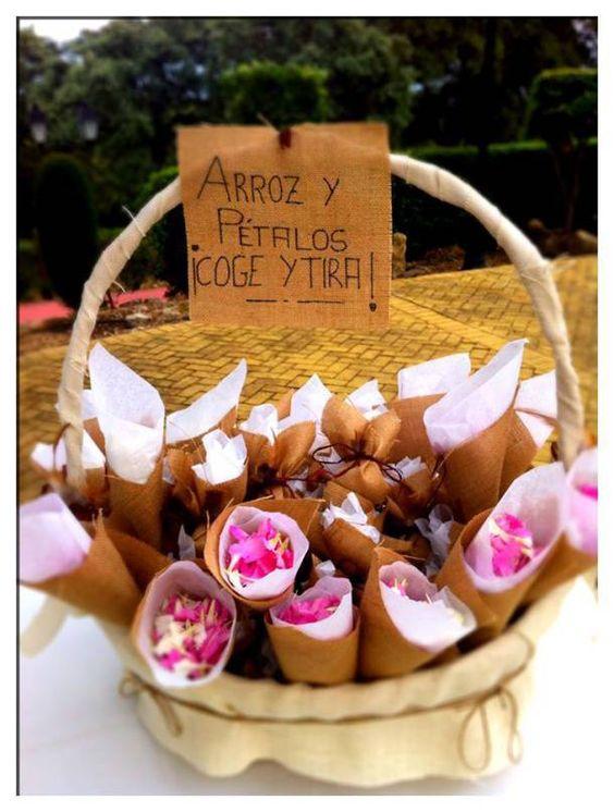 Conos de boda en arpillera para pétalos de flores.    Una de nuestras kiteras, en un alarde de  creatividad, ha reinventado los hatillos de arpillera y los ha convertido en estos bonitos y elegantes conos para pétalos de flores.  Gracias Isabel. Disponibles en www.hechoporkit.com