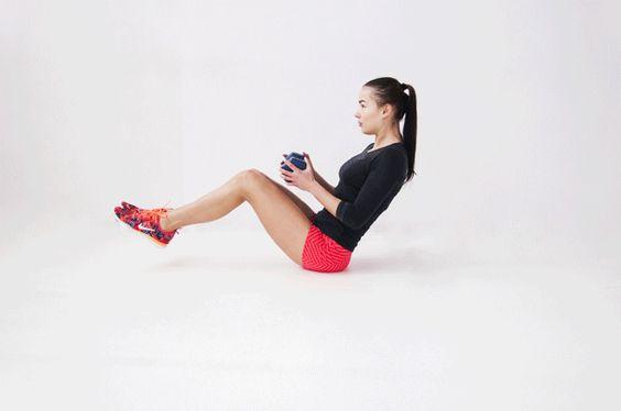 """3.Ćwiczenie na """"boczki"""" – poleca Runfashion  Pozycja wyjściowa: usiądź w siadzie równoważnym. Nogi ugnij nad ziemią. Złap piłkę (przed sobą). Ramiona miej blisko ciała, ugięte w stawach łokciowych pod kątem 90 stopni. Wykonaj wdech z równoczesnym skrętem tułowia w prawą lub lewą stronę. Następnie zrób wydech i wykonaj skręt tułowia w drugą stronę. Ważne, aby plecy były cały czas wyprostowane, a stopy znajdowały się kilka centymetrów nad ziemią.  Skręć tułów 30 razy."""